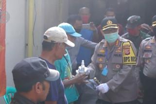 Polisi bagikan ribuan masker kepada masyarakat di pasar tradisional