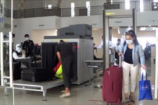 Petugas lakukan swab kepada 30 pekerja migran yang tiba di Benoa