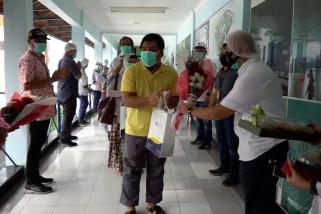 Saat petugas medis suka cita lepas kepulangan 10 pasien COVID-19