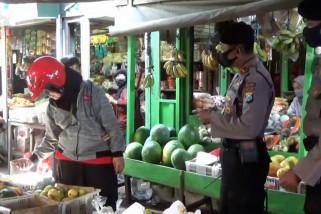 Petugas awasi kegiatan pasar sesuai protokol kesehatan