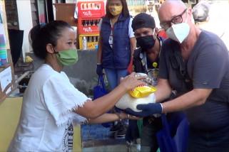 Ekspatriat dan mahasiswa di Bali bagikan bantuan sembako