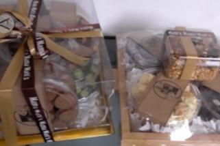 Sepi pesanan, penjual kemas kue kering dalam parcel