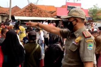 Sat Pol PP bubarkan warga yang berbelanja di supermarket