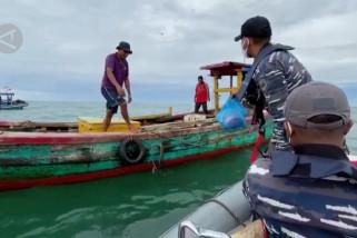 KRI Siwar 646 salurkan bantuan bagi nelayan di Selat Malaka