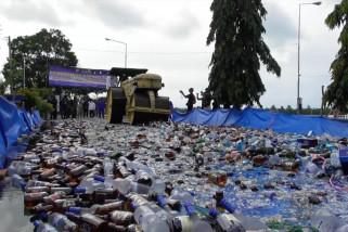 Ribuan botol miras selundupan senilai Rp7 miliar dimusnahkan