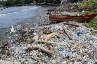 Sampah plastik cemari pantai di Aceh Barat
