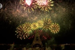 Ledakan warna muntah di langit Paris
