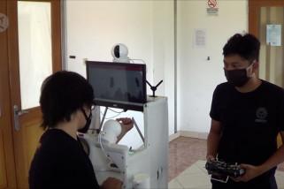 Mahasiswa Universitas Udayana uji coba robot medis