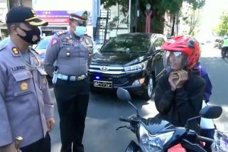Polres Kuningan bagikan ribuan masker
