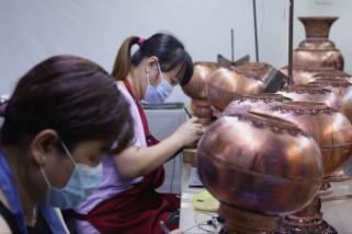 Melihat pusat produksi Cloisonne di Dachang