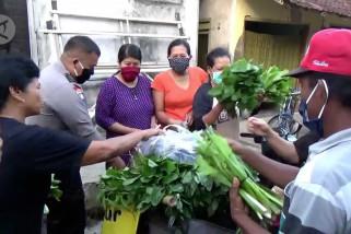 Ada polisi baik hati yang berbagi sayuran gratis tiap pagi