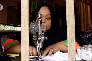 Guru Madrasah ciptakan industri masker rumahan di Pontianak