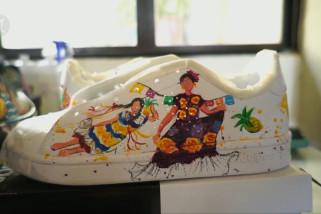 Budaya lokal ilhami seniman Meksiko melukis di sepatu kets