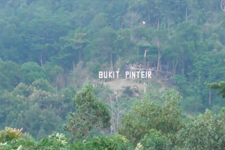 Kembangkan wisata alam, Gubernur Babel daki Bukit Pinteir