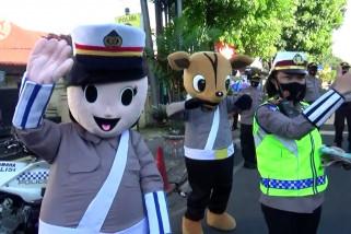 Maskot Polantas tindak pelanggar protokol kesehatan di Cimahi