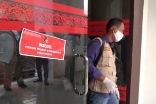 Penyidik Tipikor Ditreskrimsus Polda Kalbar segel kantor PUPR