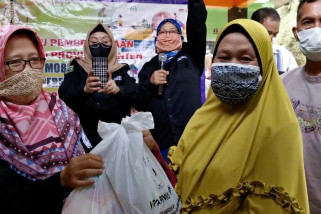 Pemprov Banten salurkan bantuan sembako bagi janda dan korban PHK