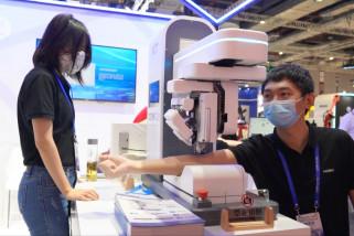 Robot pengambil darah jadi daya tarik di pameran industri China