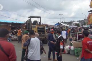 Pemkot Ambon bongkar ratusan lapak pedagang di Pasar Apung Mardika