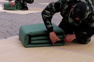 Intip lomba melipat selimut para prajurit di China