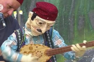 Seorang Palestina bernyanyi tanpa menggunakan bibir