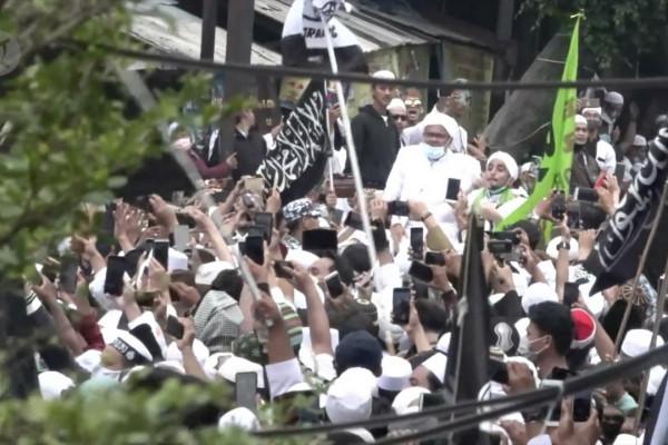Rizieq tiba di Petamburan, massa serukan Takbir
