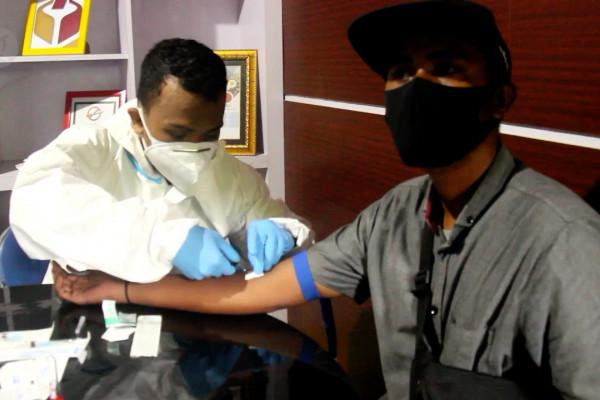 Ratusan pengawas TPS di Ternate ikut tes cepat COVID-19 massal