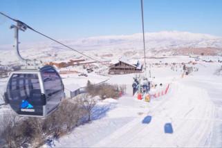 Menikmati pemandangan musim dingin di pegunungan dekat Tashkent