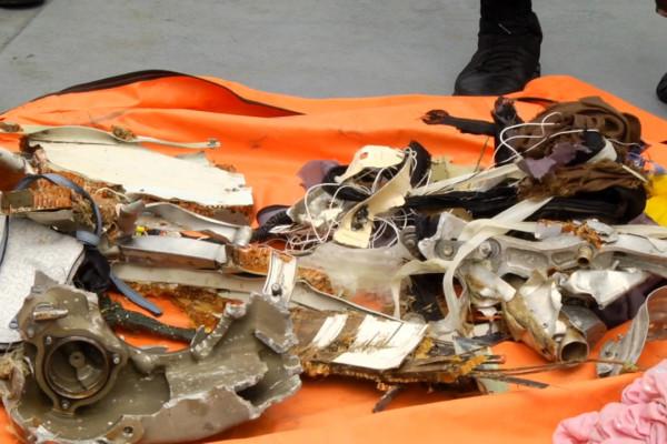 KRI Regel 933 angkut 4 kantong puing dan pakaian penumpang
