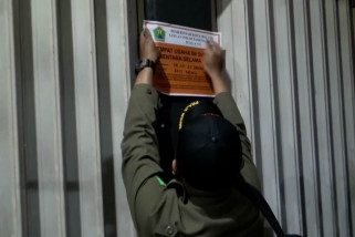 Petugas segel tempat usaha yang langgar aturan PPKM