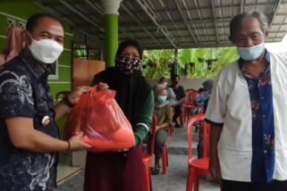 Kembali Bupati Mulkan bagi sembako bagi warga terdampak banjir rob