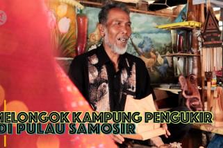 Melongok kampung pengukir di Pulau Samosir