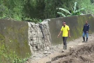 Tanah ambles, talut sungai di Madiun nyaris ambrol