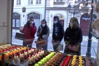 Kue vaksin disajikan di kafe Praha