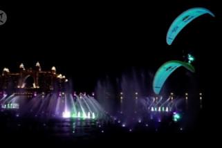 Aksi terbang paralayang di atas air mancur terbesar di dunia