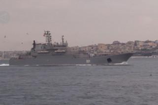 Kapal perang Rusia lintasi Selat Bosphorus di Istanbul menuju Laut Hitam