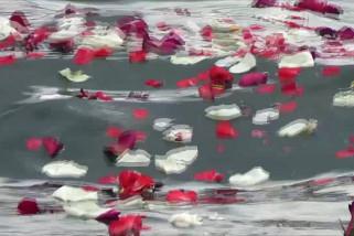 PDIP Bali tabur bunga ke laut untuk 53 awak KRI Nanggala