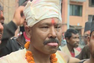 Melongok festival tindik lidah masyarakat Nepal