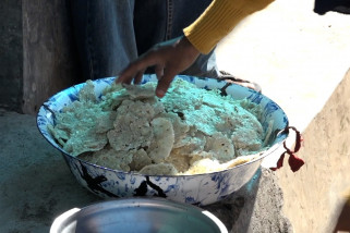 Mengintip pembuatan jagung titi, makanan khas Flores Timur