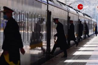 Berkenalan dengan petugas pertama di Stasiun Kereta Lhasa