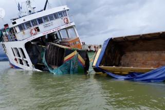 Upaya tim gabungan evakuasi belasan kendaraan dari kapal kandas