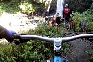 Serunya bersepeda sembari menikmati keindahan air terjun Anugerah