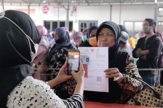 Ambil bansos, warga berkerumun padati kantor pos Aceh