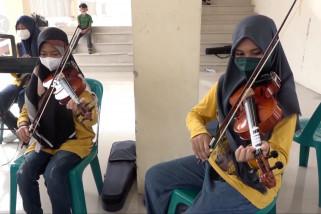 Manfaatkan waktu libur, para pelajar berlatih biola