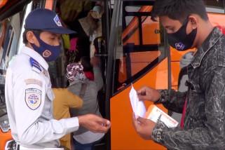 Pelaku perjalanan darat melalui Terminal Mengwi Bali menurun