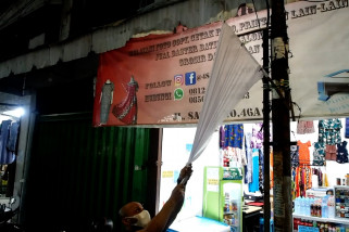 Pengibar turunkan bendera putih di Ampel Surabaya
