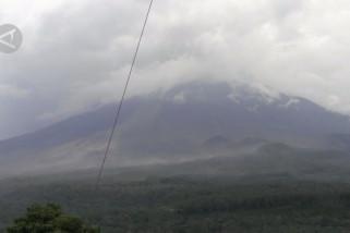 Gunung Semeru luncurkan 6 kali lava pijar
