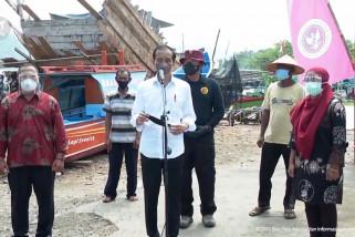 Presiden meninjau vaksinasi COVID-19 di Kampung Nelayan Cilacap