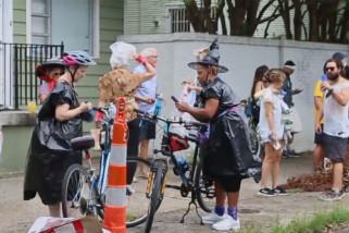 Warga ikuti Parade Sampah pasca-Badai Ida di New Orleans, AS