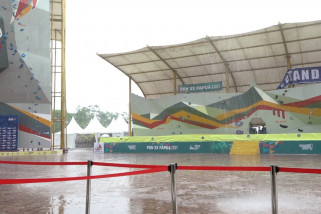 Hujan deras, panjat tebing tunda penyerahan medali PON XX